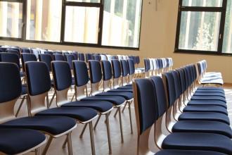 Leere Sitzreihen in einem Seminarraum