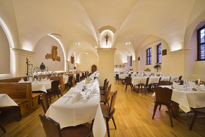 Historisches Ambiente: Die Weinstube des Bürgerspitals. Um den Innenhof herum sind die Wohnstifte gebaut.