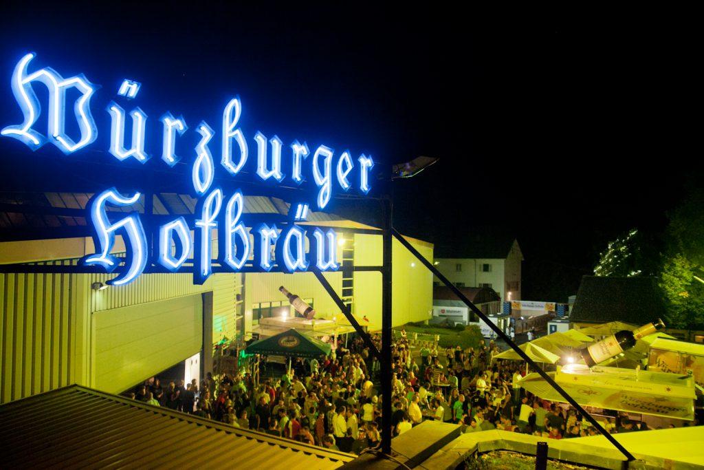 Zum Feste feiern gehört auch der Bierkonsum. Und Würzburger Hofbräu organisiert einschlägige Festivitäten.