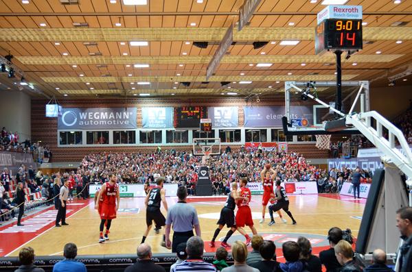 Die Plätze auf der Tribüne während der Basketballspiele in der s.Oliver Arena sind besetzt. Foto: Lisa Naumann