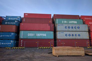 Aufgetürmte Schiffs-Container
