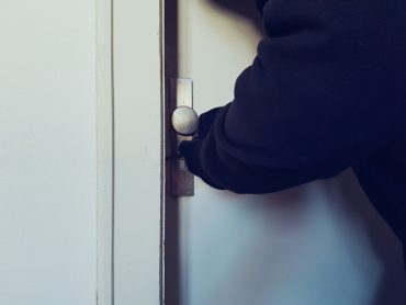 Einbrecher an der Tür