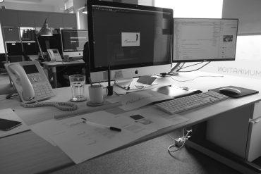 Arbeitsplatz mit Apple Monitor