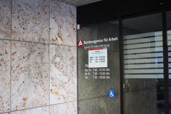 Tür der Agentur für Arbeit in Würzburg
