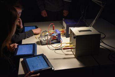 Schüler im Labor experimentieren