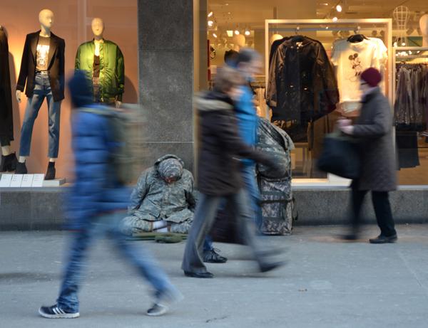 Obdachloser vor Kaufhaus