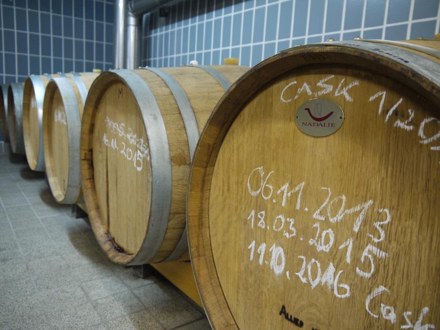 Whisky Fässer mit Kreide beschriftet