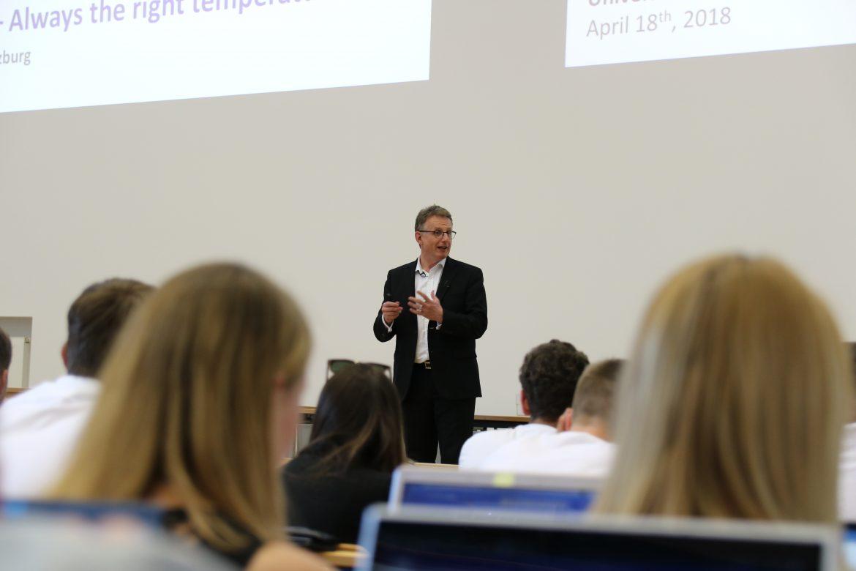 Joachim Kuhn von va-Q-tec bei seinem Vortrag an der Uni Würzburg.