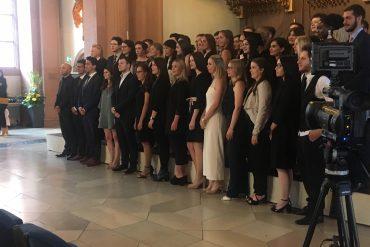 Die Absolventinnen und Absolventen der Wirtschaftswissenschaftliche Fakultät bei der Examensfeier. Foto: Sophie Marie Bott.