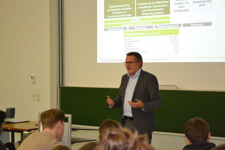 Zu Gast an der WiWi-Fakultät: Andreas Schenk von der Deutschen Pfandbriefbank. Bild: Paulina Ribka