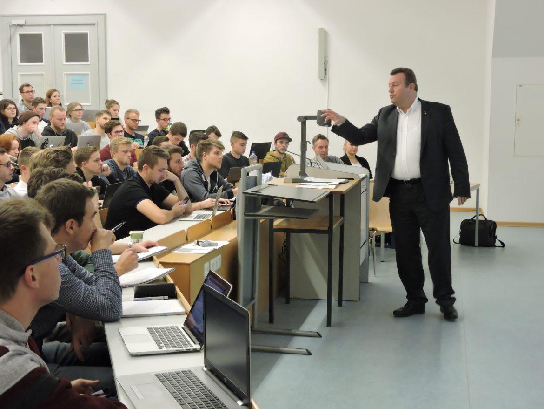 Dieter Pfister von Maincor zu Gast an der WiWi-Fakultät. Bild: Laura Junger