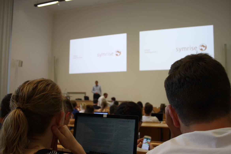 Olaf Klinger, Finanzvorstand von symrise, bei seinem Vortrag an der Uni Würzburg.