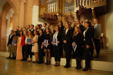 Glückliche Gesichter: Bei der Examensfeier wurden unter anderem die Absolvierenden aus den Bachelor-Studiengängen geehrt. Bild: Dennis Zikeli
